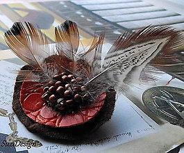 Odznaky/Brošne - poľovnícka brož kruhová bažantie pierko - 11019196_