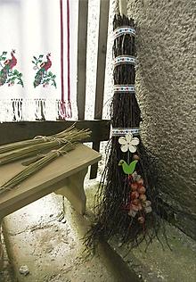 Dekorácie - Prútená dekoračná folk metla s drevenou kvetinkou - 11022825_