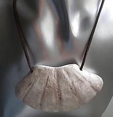 Náhrdelníky - keramická mušľa na koži - 11025044_
