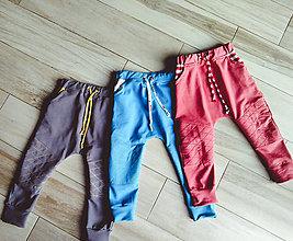 Detské oblečenie - Prešívané tepláčiky s farebnými vreckami - 11025591_