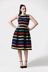 Šaty čierne s farebnými pásikmi