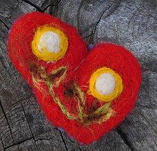 Odznaky/Brošne - plstená brož kvietky v srdci - 11031768_