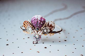 Ozdoby do vlasov - Glitrovaná korunka z mušlí vhodná na festival - 11030374_