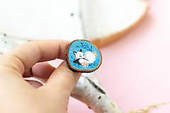 Odznaky/Brošne - Ručně malovaná brož se spící polární liškou - 11032869_
