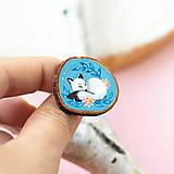 Odznaky/Brošne - Ručně malovaná brož se spící polární liškou - 11032872_