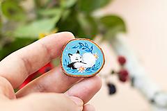Odznaky/Brošne - Ručně malovaná brož se spící polární liškou - 11032874_