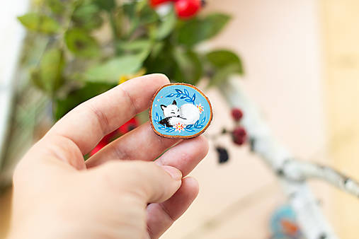 Ručně malovaná brož se spící polární liškou