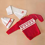 Detské súpravy - Detský dievčenský pulóvrik so srdiečkami + čiapka a šál - 11033375_