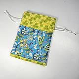 Úžitkový textil - Veselé bavlnené vrecúško (kvietky modré a žltozelené /) - 11043150_