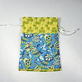 Úžitkový textil - Veselé bavlnené vrecúško (kvietky modré a žltozelené /) - 11043153_