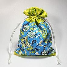 Úžitkový textil - Veselé bavlnené vrecúško (kvietky modré a žltozelené /) - 11043151_