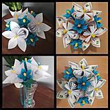Darčeky pre svadobčanov - Gratulačná kytica na žreby / bankovky - biela s modrými kvietkami - 11043568_
