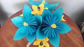 Darčeky pre svadobčanov - Gratulačná kytica na žreby / bankovky - modrá so žltými kvietkami - 11043603_