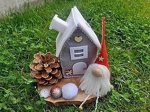 Dekorácie - Vianočný škriatok s domčekom. - 11049231_