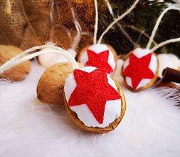Dekorácie - Vianočné orechy s červenou hviezdičkou - 11048179_