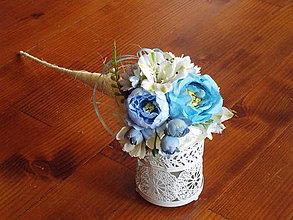 Dekorácie - Kytička v modrom s ružičkami s mašličkou v kornúte - 11057729_
