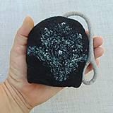 Kľúčenky - ...plstená kľúčenka so zaplstenou tkaninou a korálkami... - 11058258_