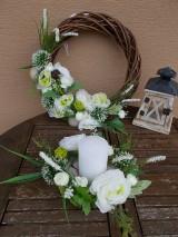 Dekorácie - Hnedý veniec s bielymi kvetmi priemer 40cm - 11058769_