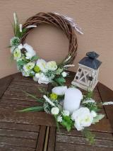 Dekorácie - Hnedý veniec s bielymi kvetmi priemer 40cm - 11058770_