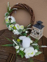 Dekorácie - Hnedý veniec s bielymi kvetmi priemer 40cm - 11058771_