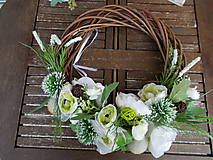 Dekorácie - Hnedý veniec s bielymi kvetmi priemer 40cm - 11058773_