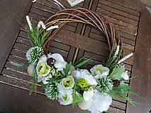 Dekorácie - Hnedý veniec s bielymi kvetmi priemer 40cm - 11058775_