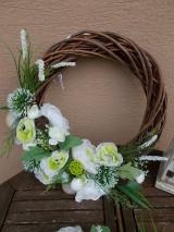 Dekorácie - Hnedý veniec s bielymi kvetmi priemer 40cm - 11058777_