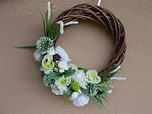 Dekorácie - Hnedý veniec s bielymi kvetmi priemer 40cm - 11058780_