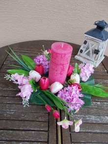 Dekorácie - Vysoký svietnik s kvetmi - 11058924_