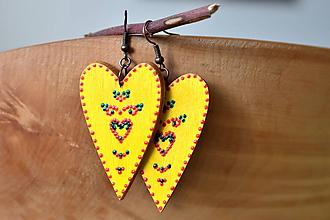 Náušnice - drevené folk srdiečka-žlté s ornamentami - 11060786_