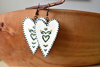 Náušnice - drevené folk srdiečka-biele s ornamentami III - 11060818_