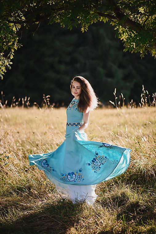 Dlhé modré šaty s výšivkou
