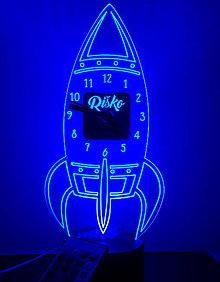 Dekorácie - Gravírované LED hodiny ROCKET - 11065826_