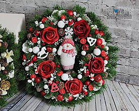 Dekorácie - Zimný veniec so snehuliakom červeno-biely 33cm - 11068218_