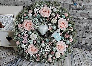 Dekorácie - Luxusný zimný veniec so zasneženými ružami 35cm - 11068266_