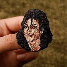 Odznaky/Brošne - Brošňa ručne vyšívaná Michael Jackson - 11068090_