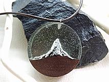 Náhrdelníky - Osamelý štít- Drevený náhrdelník - 11070045_