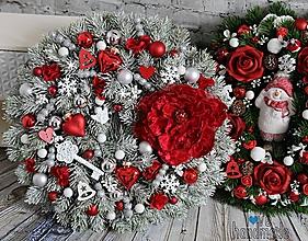 Dekorácie - Zimný veniec červeno-bielo-strieborný s luxusným kvetom 35cm - 11073268_