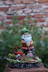 Dekorácie - Jesenná dekorácia s trpaslíkom - 11073604_