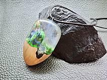 Náhrdelníky - Drevený náhrdelník - Dúha v pralese - 11072748_
