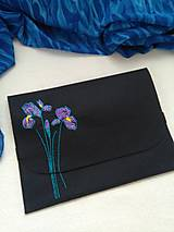 Na notebook - Kosatce (ručne vyšívaná plstená taška) - 11077714_