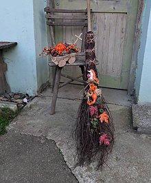 Dekorácie - Prútená jesenná dekoračná metla s ježkom - 11082021_