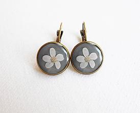 Náušnice - Živicové náušnice - Biele kvety (starobronz) - 11080854_