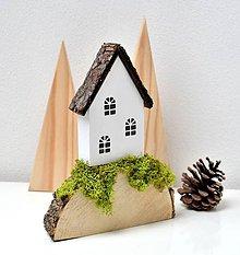 Dekorácie - Drevená dekorácia-Na kopčeku domček - 11083587_