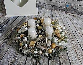 Dekorácie - Luxusný adventný veniec bielo-zlatý 30cm - 11089363_