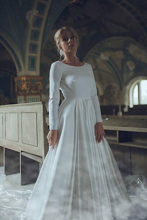 Svadobné šaty bez krajky s dlhým rukávom a veľkou sukňou