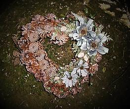 Dekorácie - šiškové srdce so šedomodrými kvetmi - 11089752_