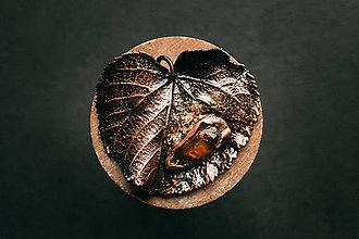 Náhrdelníky - Prívesok lipový list s jantárom - 11090598_