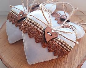 Dekorácie - Vianočné srdiečka s dreveným gombíkom II. - 11093983_