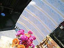 Úžitkový textil - Tkaný koberec bielo-modrý so žltými pásikmi - 11094523_